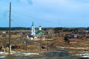 Вид на храм с возщвышенности из деревни.